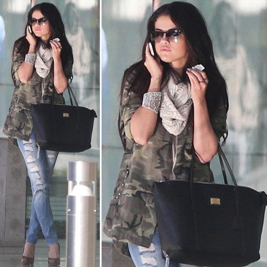 Selena Gomez giacca camuflage e jeans boyfriend