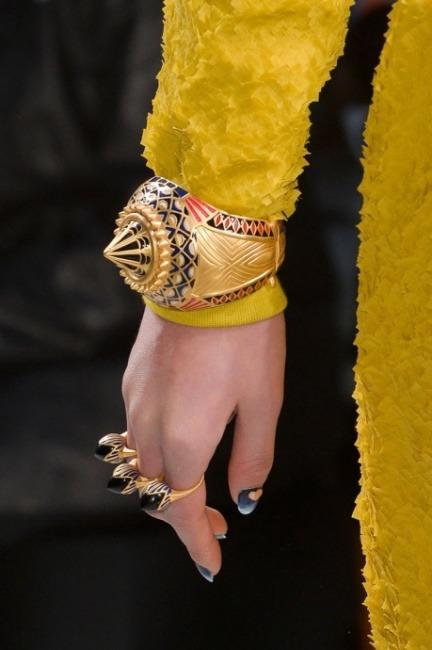 Bracciale e anelli futuristici