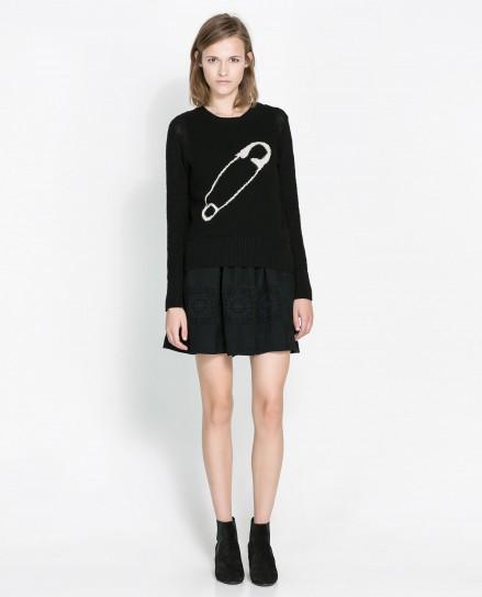 Maglione nero con spilla Zara