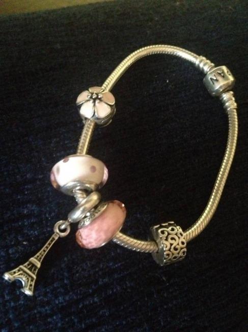 Braccialetto con charm rosa Pandora