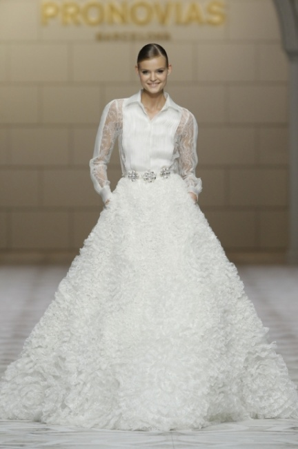 Abito sposa con colletto e cintura Pronovias 2015