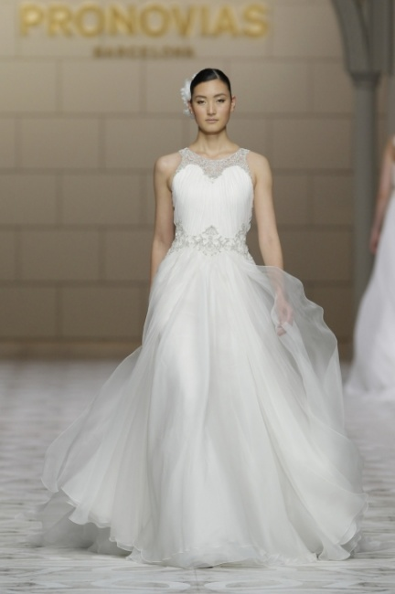 Abito sposa con gonna in chiffon Pronovias 2015