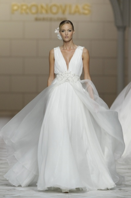 Abito sposa con gonna in tulle Pronovias 2015