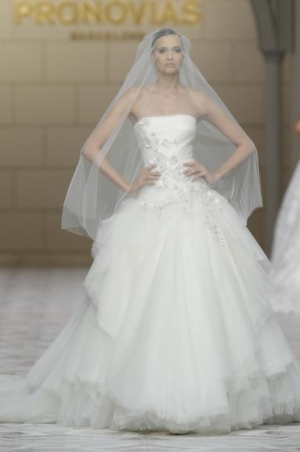 Abito sposa con velo Pronovias 2015