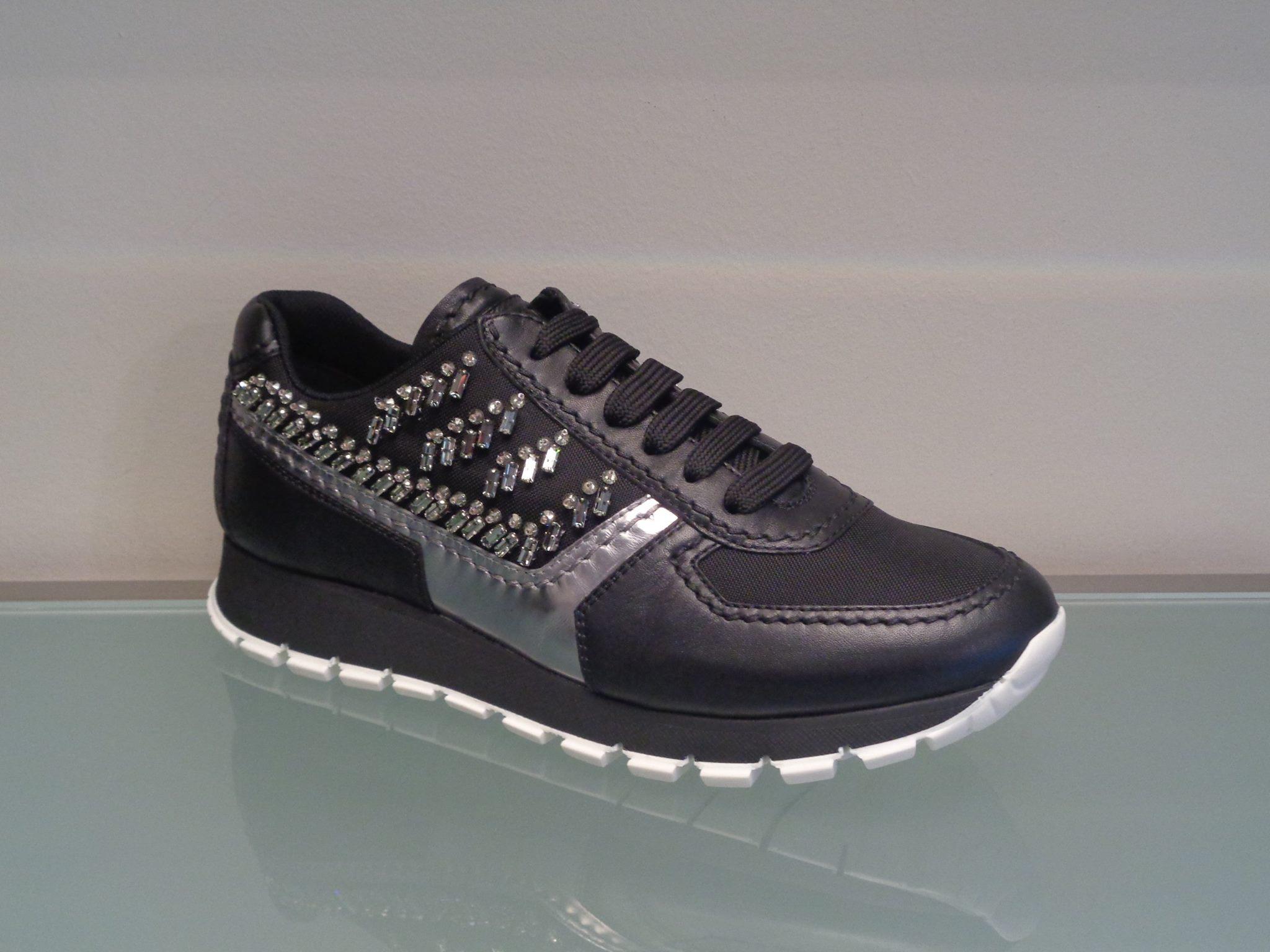 Sneakers nera con inserti argento Prada