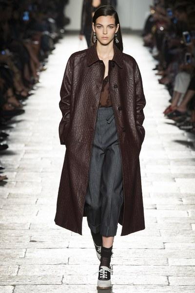 Bottega Veneta cappotto marrore con pantalone blu morbido a vita alta