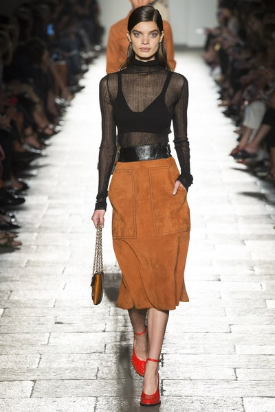 Bottega Veneta crop top nero con trasparenze e gonna al ginocchio color volpe