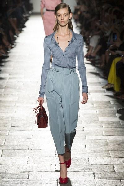 Bottega Veneta completo azzurro con camicia e pantaloni a vita alta