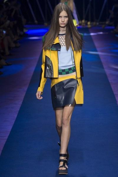 Versace giacca gialla con applicazioni in pelle e gonna abbinata