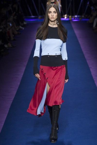Versace maglia a righe con gonna rossa con spacco e bottoni laterali